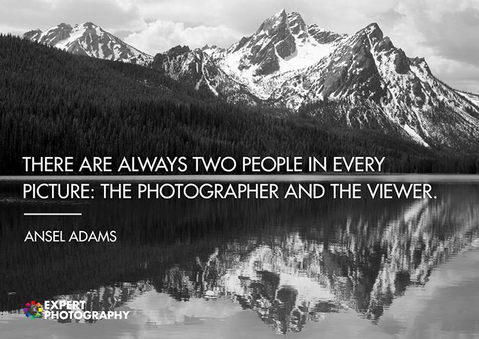 Uma majestosa paisagem montanhosa em preto e branco fotografada sobreposta com uma citação sobre boa fotografia de Ansel Adams