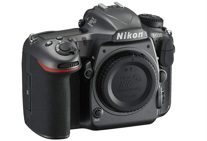La Nikon D500 DSLR sobre fondo blanco - la mejor cámara Nikon