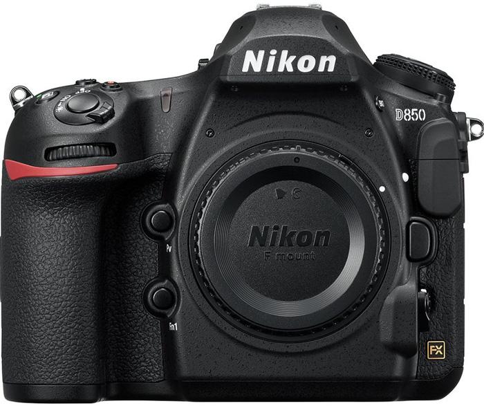 La Nikon D850 sobre fondo blanco.