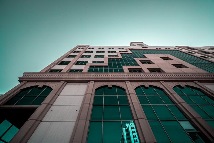 Un tir de photographie d'art d'un bâtiment architecturalement intéressant sous un angle intéressant