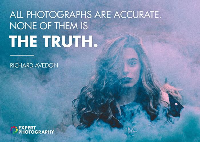 Um retrato atmosférico de um modelo feminino emergindo de fumaça colorida, coberto com uma citação de fotógrafos famosos Richard Avendon sobre o que faz uma boa fotografia.