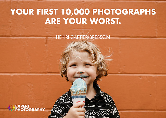 Um retrato brilhante e alegre de um pequeno bou tomando sorvete em frente a uma parede de tijolos vermelhos, coberto com uma citação de Henri Cartier Bresson: boas citações fotográficas de fotógrafos famosos