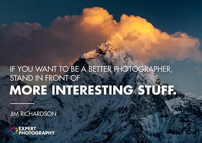 Uma majestosa paisagem montanhosa fotografada sobreposta com uma citação sobre boa fotografia de Jim Richardson