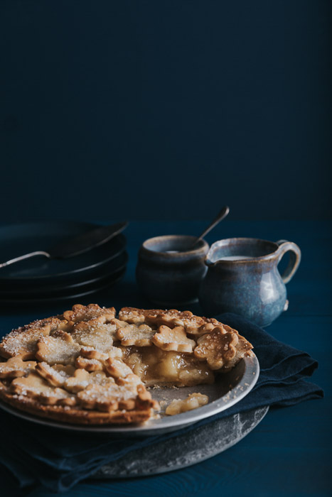 apple pie with ceramics on a wood table