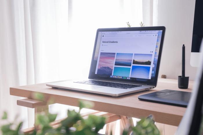 Photo d'un ordinateur portable sur un bureau