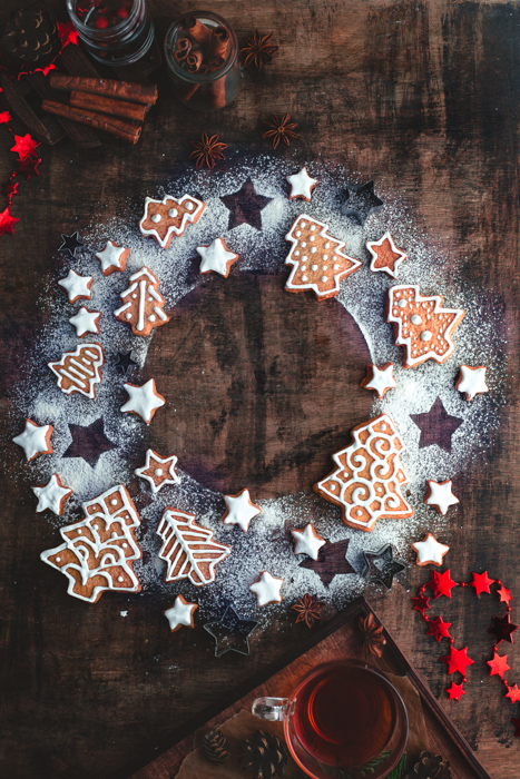 a Christmas wreath flat lay made out of powdered sugar, gingerbread cookies and stars