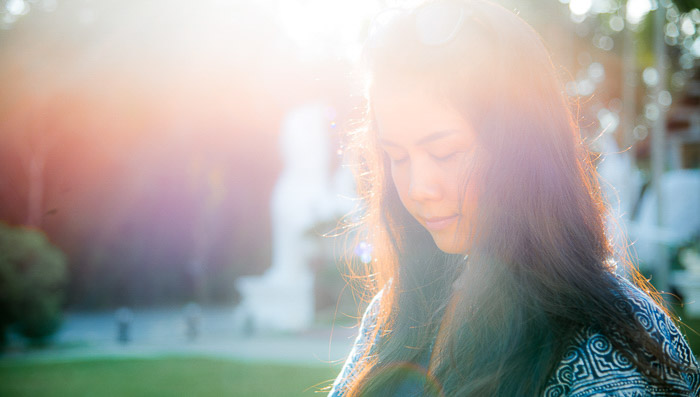 Dreamy natural light portrait with the occurrence of lens flare, best time of day for photos