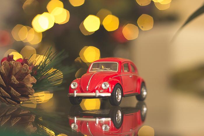Belas luzes de Natal no fundo de um carro pequeno