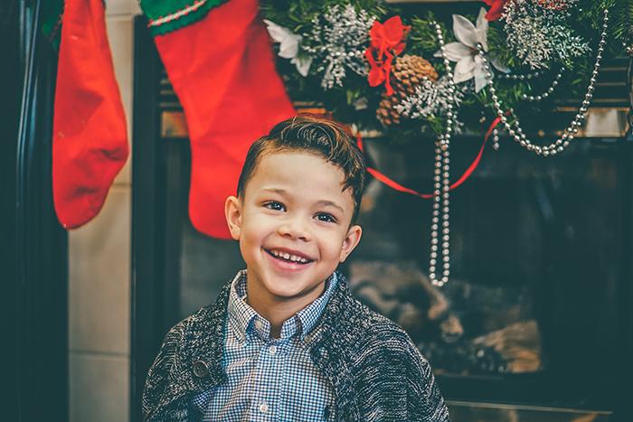Um retrato de Natal de uma criança dentro de casa
