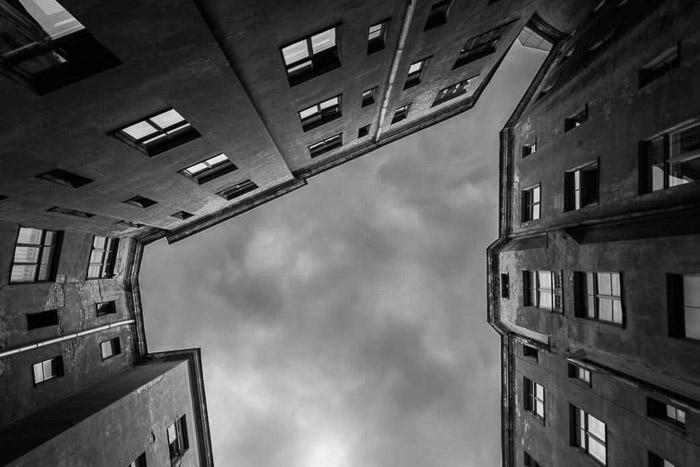 Una fotografía de arquitectura en blanco y negro del patio de un edificio.