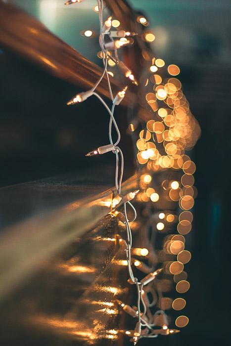 Lindo bokeh de luzes de Natal no fundo de uma série de luzes coloridas