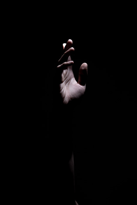 Foto atmosférica de una mano con poca luz: fotos abstractas del cuerpo