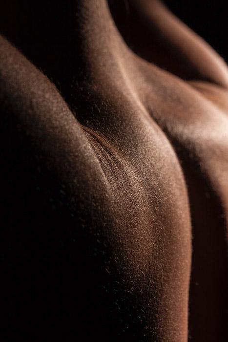 Feche a fotografia de corpo abstrato usando sombras e luz