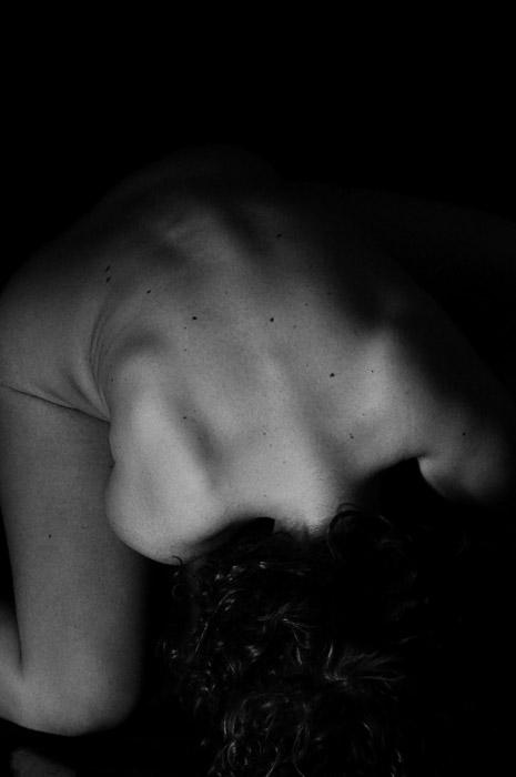 Una fotografía de cuerpo abstracto en blanco y negro tomada desde arriba del modelo