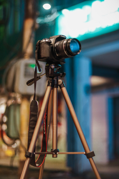A canon DSLR set up on a tripod - diy photo booth