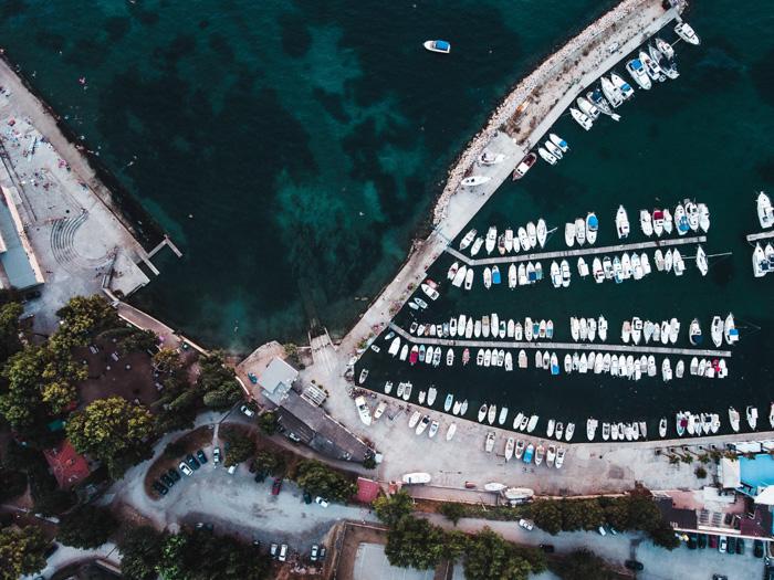 Uma foto aérea de uma bela cena costeira.