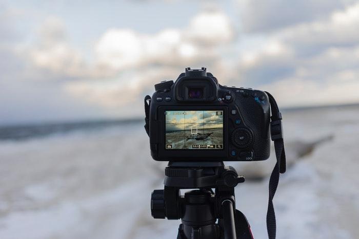 Uma câmera DSLR que tira uma imagem de paisagem