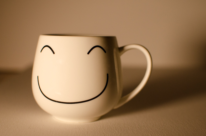 A smily face mug on a neutral background - how to use a grey card for color balance