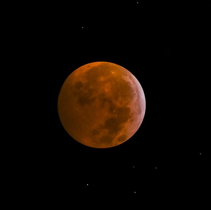 Lua de Sangue, durante a totalidade. As estrelas podem ser vistas no céu ao redor da lua.