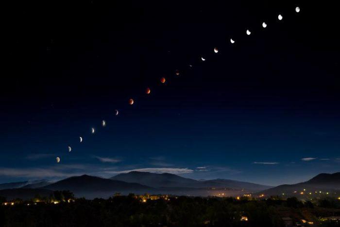 Imagem composta de um eclipse lunar total durante uma lua cheia em Santa Fé, Novo México, Estados Unidos.