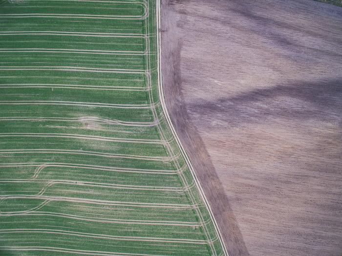 Uma fotografia aérea abstrata deslumbrante de campos