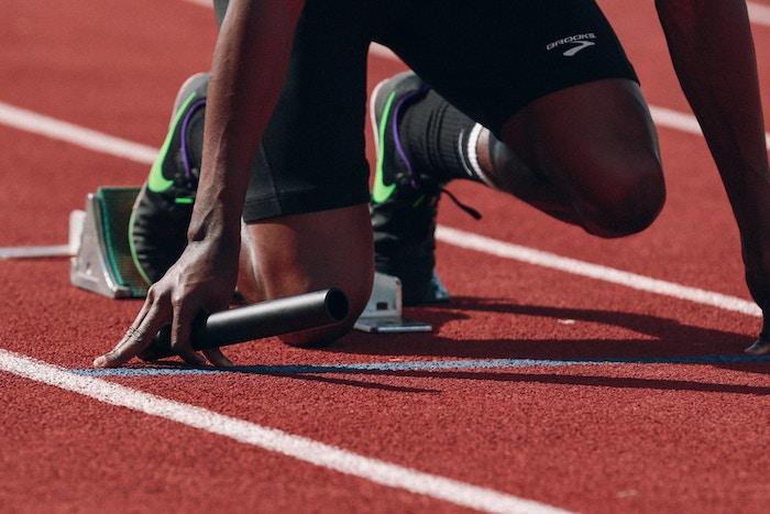 शुरुआती ब्लॉक में एक धावक की तस्वीर