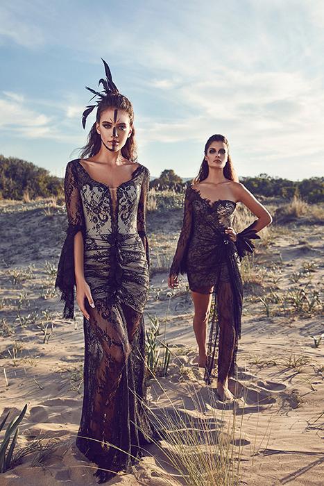 Foto de dos modelos en vestidos de encaje negro al aire libre
