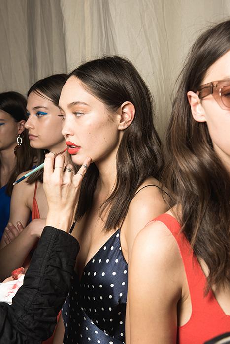 Foto de Werk de modelos maquillándose antes de un desfile