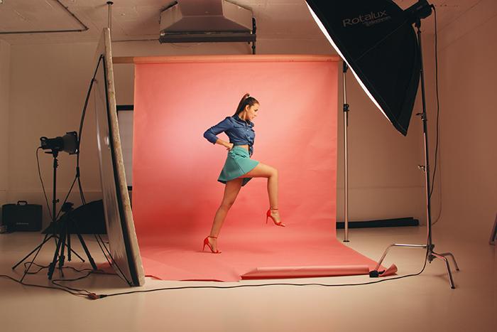 Foto de una modelo posando en un estudio.