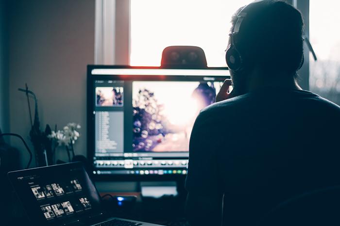Um homem editando fotos em lote no Lightroom
