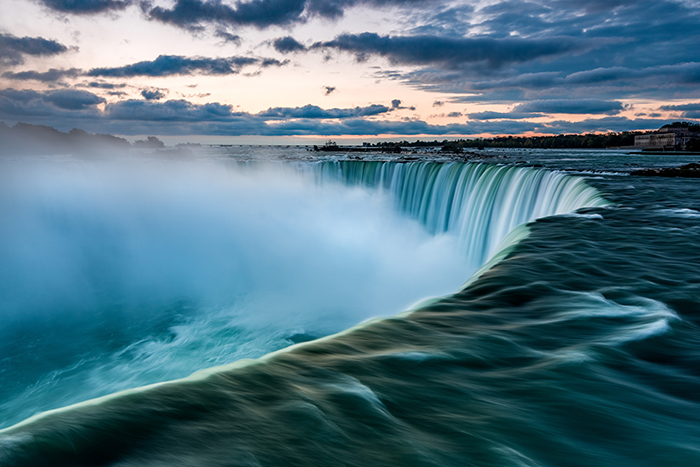 Photo of the Niagara waterfall at sunset