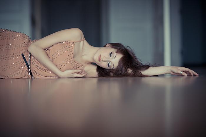Las mejores poses femeninas para fotografía de retrato: Modelo femenino tirado en el suelo