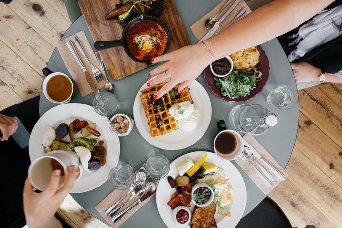 Uma foto de uma mesa de almoço ocupada