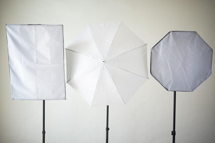 Trois réflecteurs dans un studio