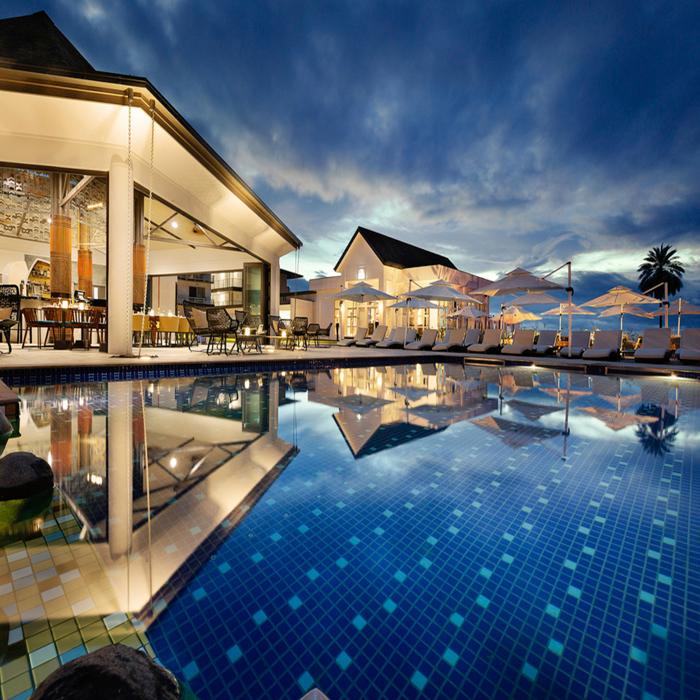 Exterior de um hotel luxuoso com piscina