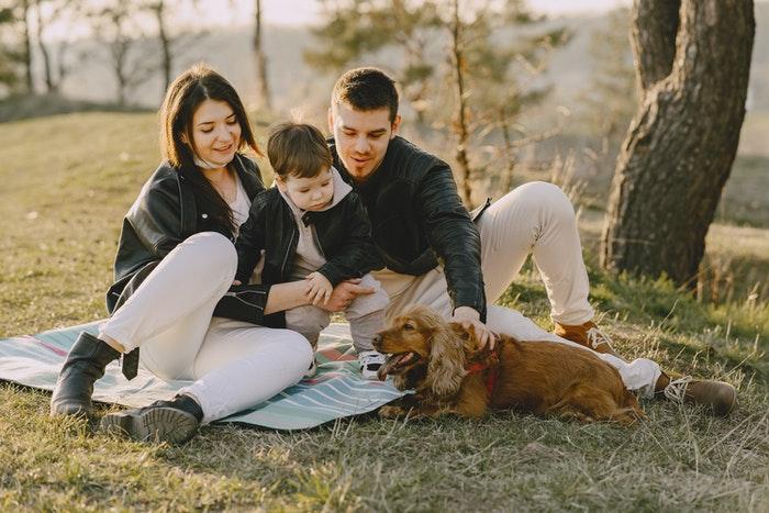 Retrato de família, fazendo um piquenique com seu cachorro
