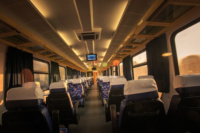 Vista do banco traseiro de um vagão de trem solitário