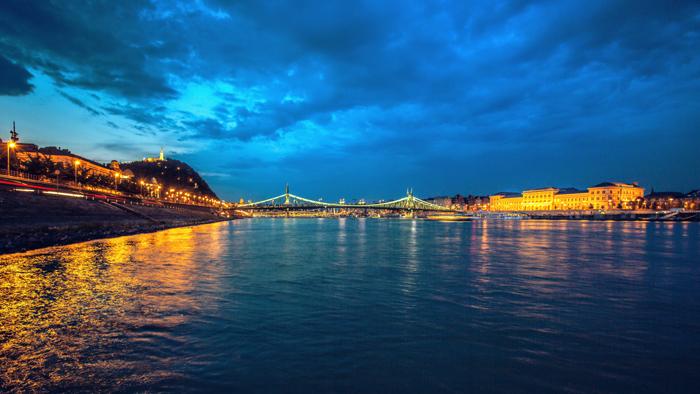 O Danúbio em Budapeste à noite