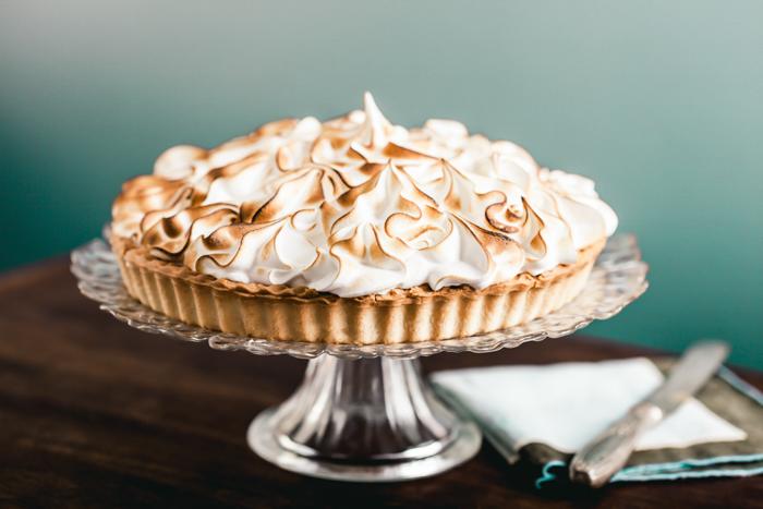 Tarte de limão e merengue em uma carrocinha de bolo