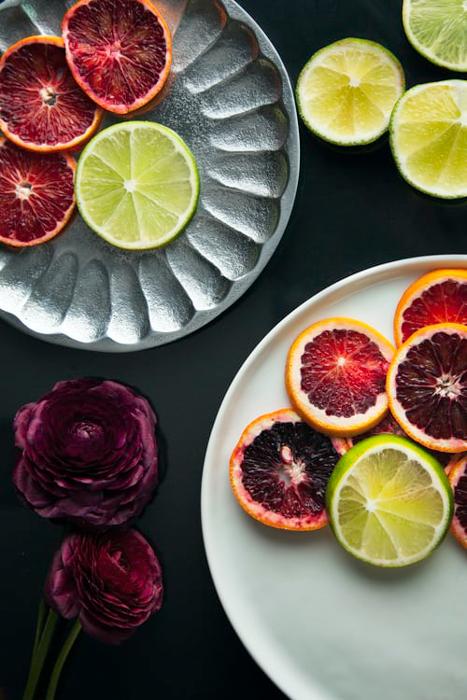 Foto de diferentes tipos de cítricos en dos platos.