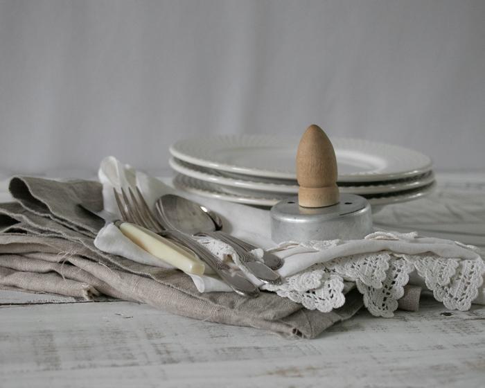 Foto de cubiertos, platos y mantelería diferente sobre una mesa