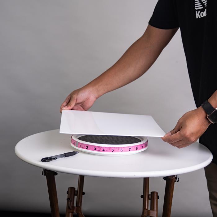 Um homem que faz uma mesa giratória para fotografia DIY