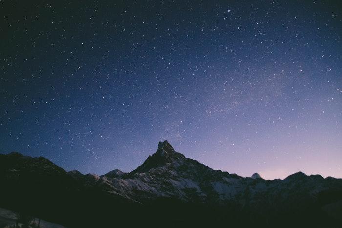 Céu estrelado impressionante sobre uma paisagem rochosa