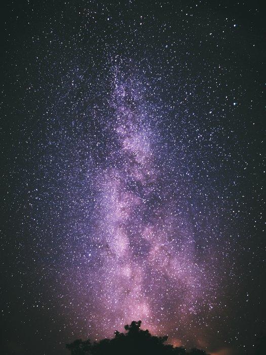 Foto impressionante de astrofotografia de um céu estrelado