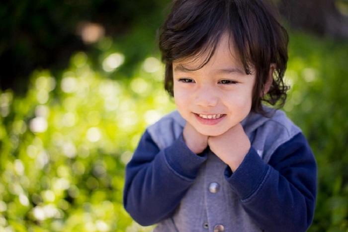 Feche o retrato de uma criança ao ar livre