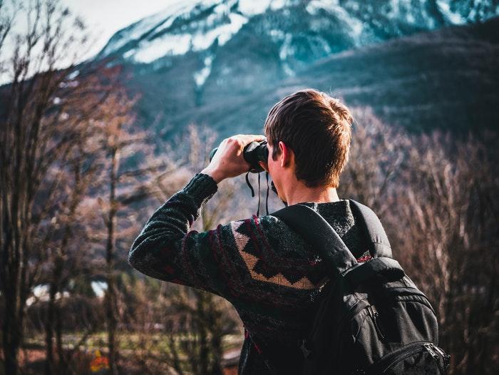 Um homem usando binóculos ao ar livre
