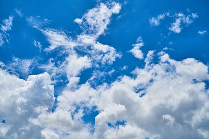 foto de nuvens fofas no céu azul brilhante