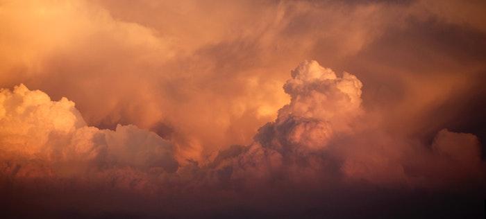 foto de nuvens laranja