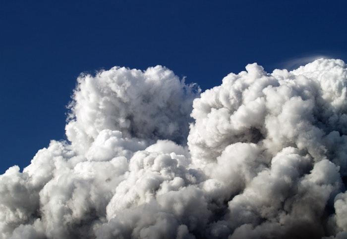 foto de nuvens no céu azul
