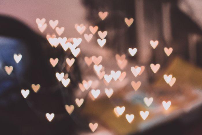 Luzes bokeh em forma de coração feitas com filtro de fotografia DIY